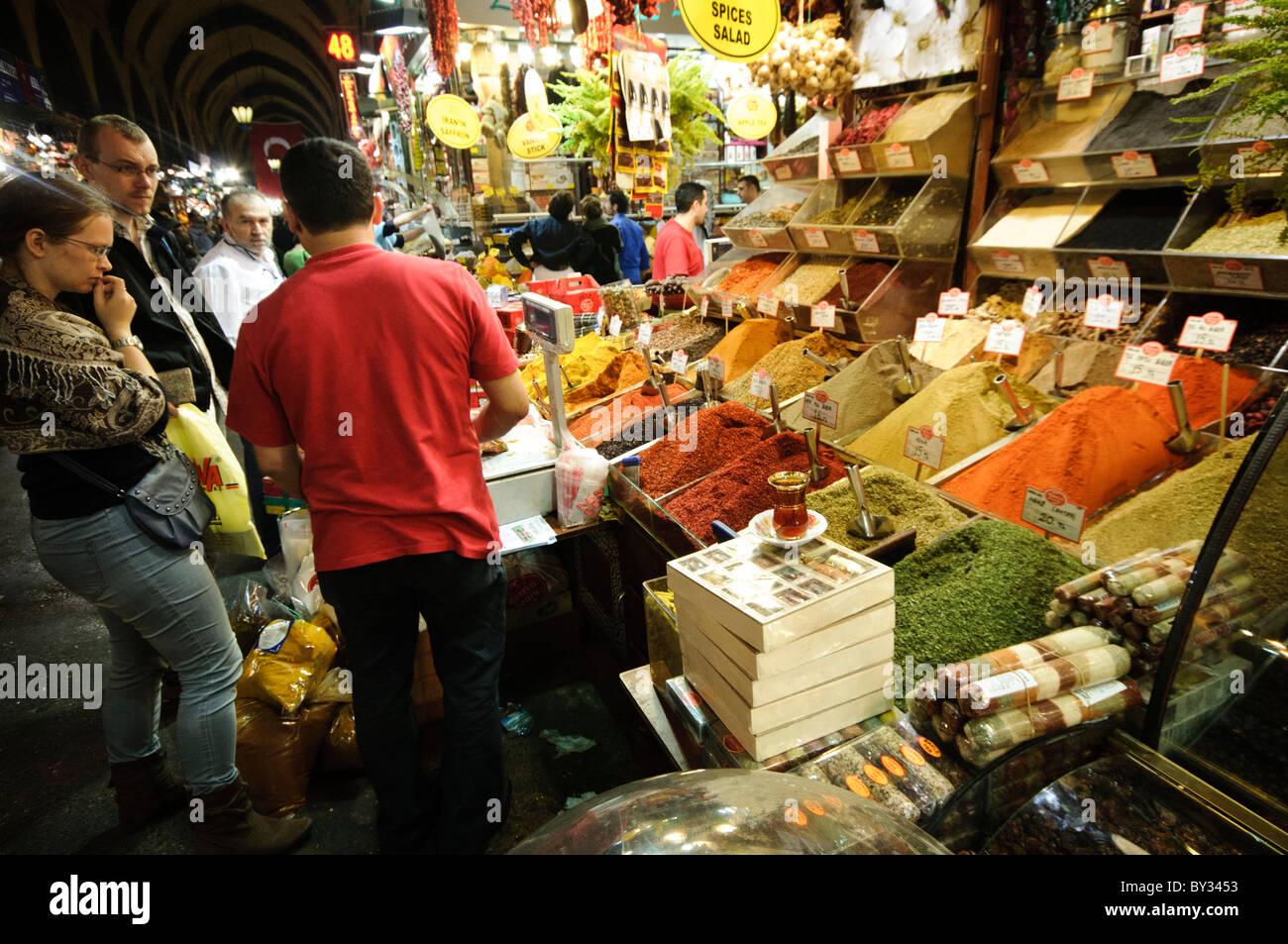 de079ca87d20 Les clients l achat d épices à côté du marché aux épices (également