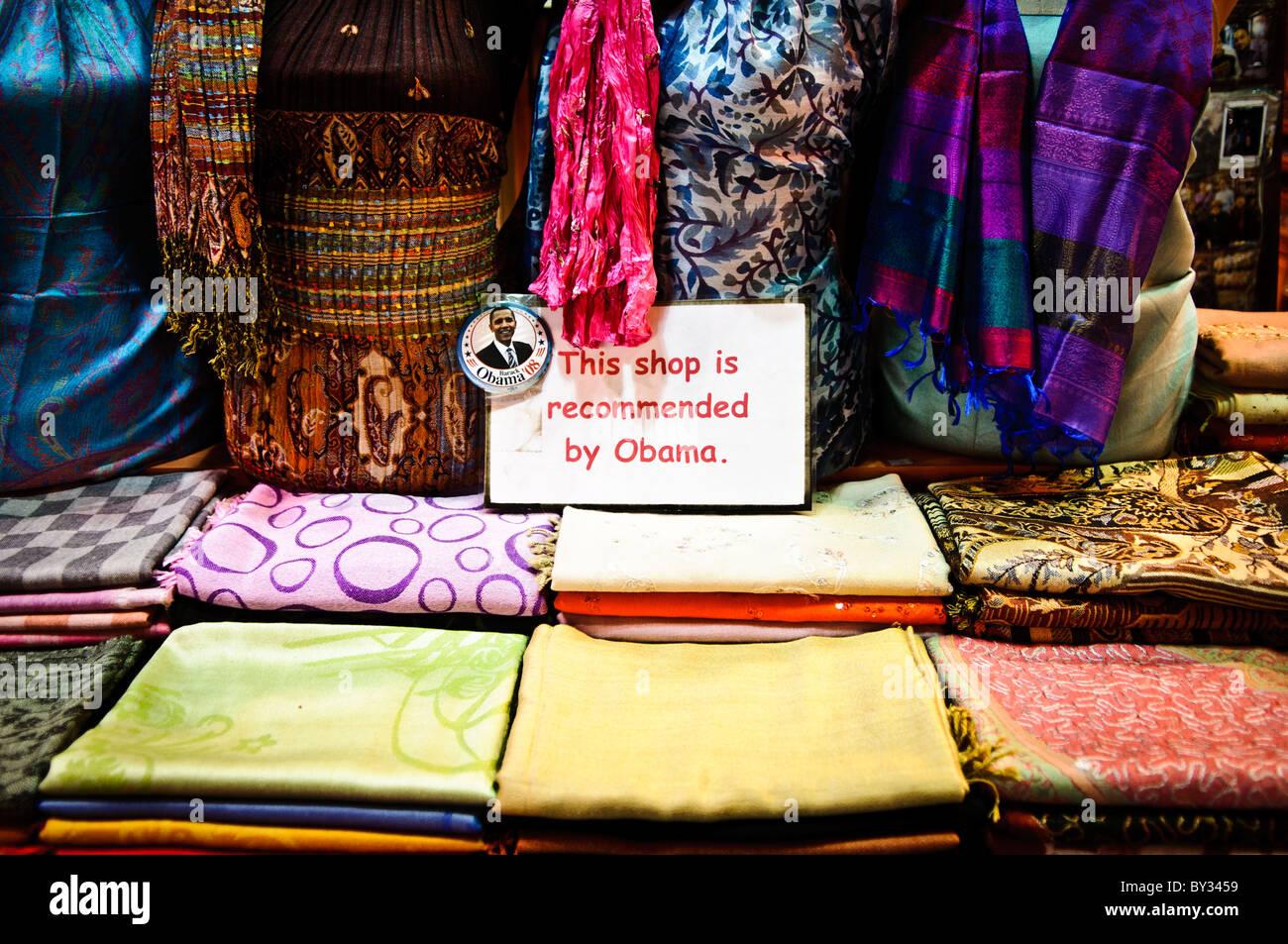8c1e8f44129d Un foulard de soie magasin dans le marché aux épices (également connu sous  le nom de l Egyption Bazar) à Istanbul, Turquie, affiche un panneau disant   Cette ...