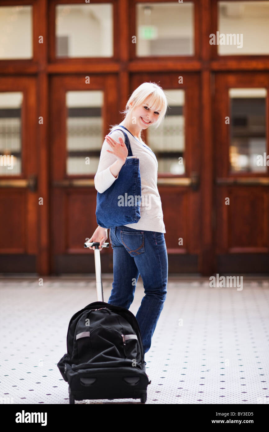 USA, Seattle, young woman at train station debout avec assurance et looking at camera Banque D'Images