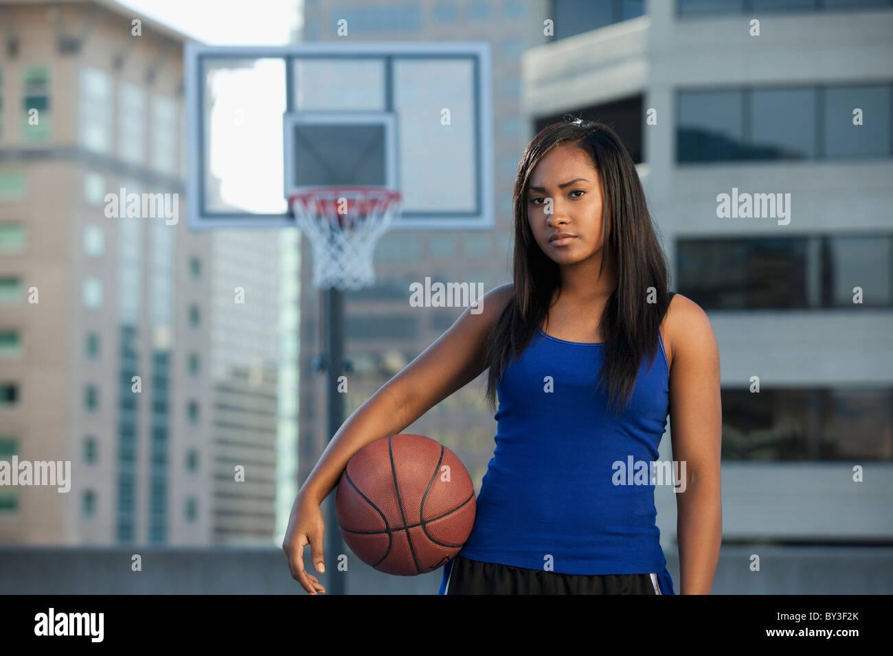 USA, Utah, Salt Lake City, young woman holding basket-ball Photo Stock