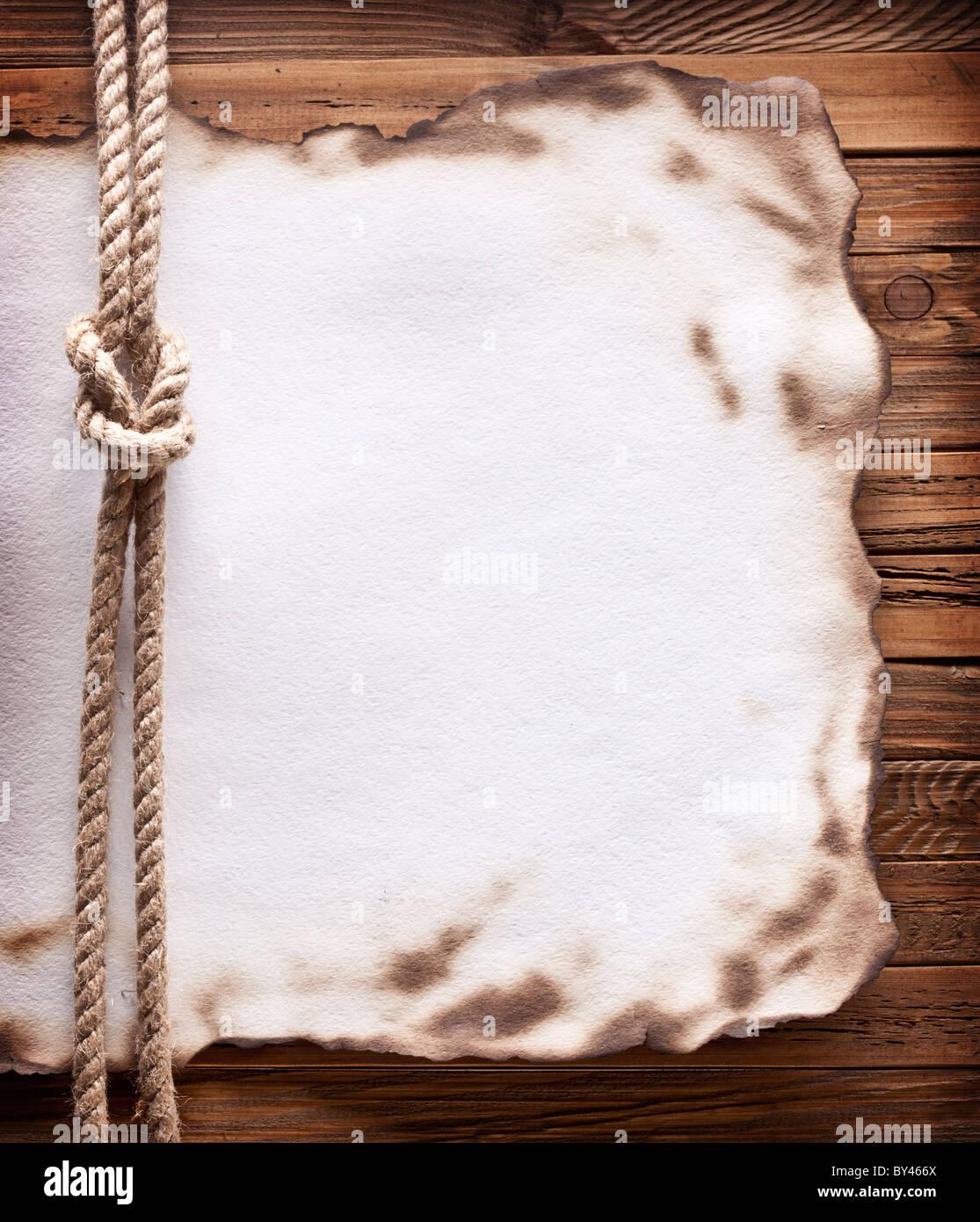 Image de vieux papier sur fond de bois. Photo Stock