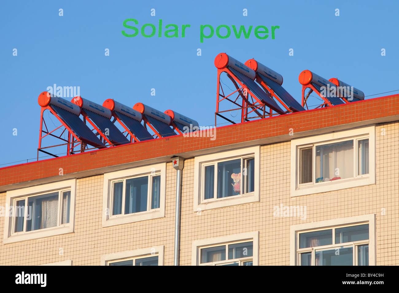Chauffe-eau Soalr sur toit de maison en Chine. Photo Stock