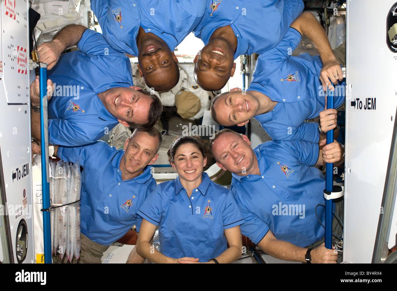 Les astronautes de la mission STS 129 posent pour la photo dans la Station spatiale internationale arrimée Photo Stock