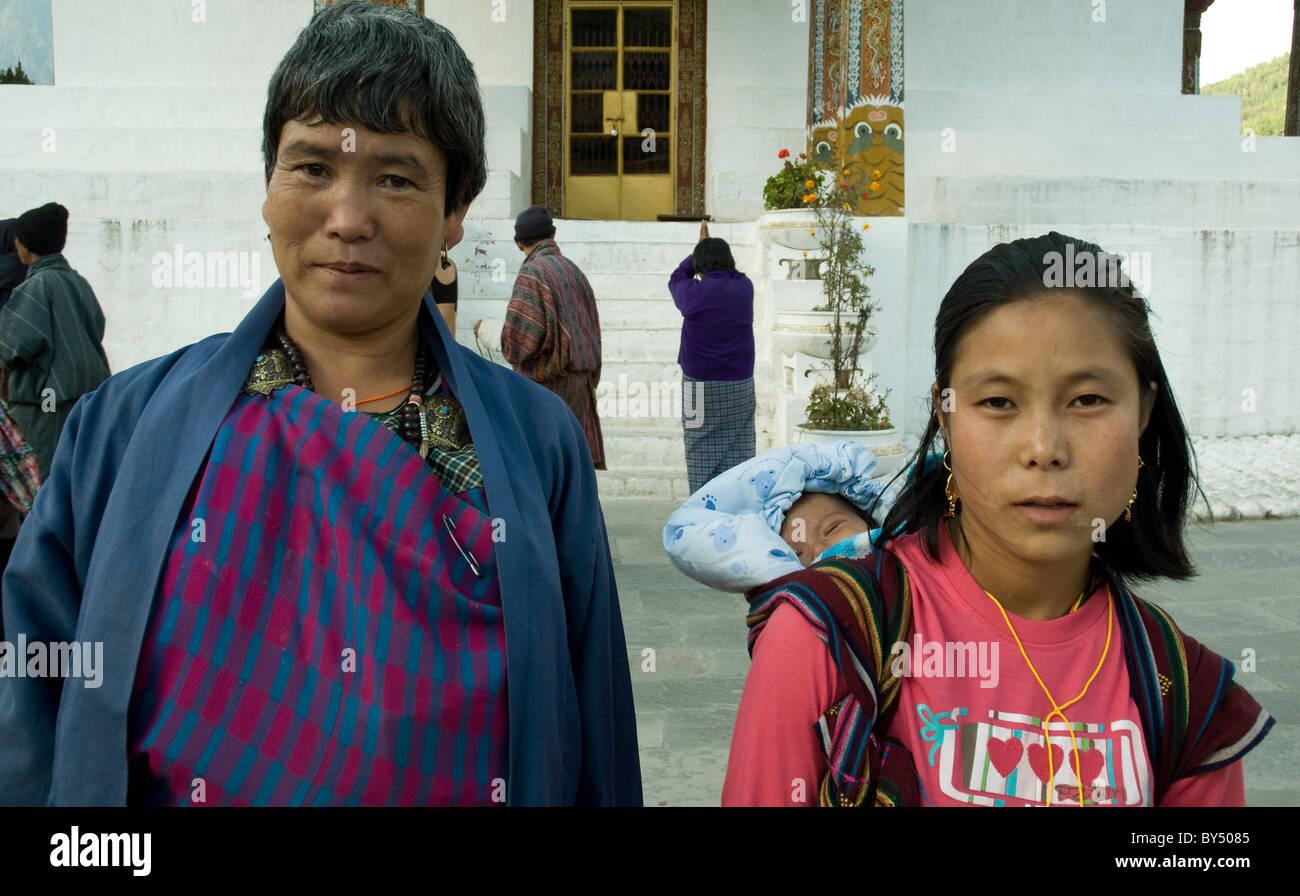 Trois générations--une jeune mère, son enfant et sa propre mère--sont parmi les pèlerins Photo Stock