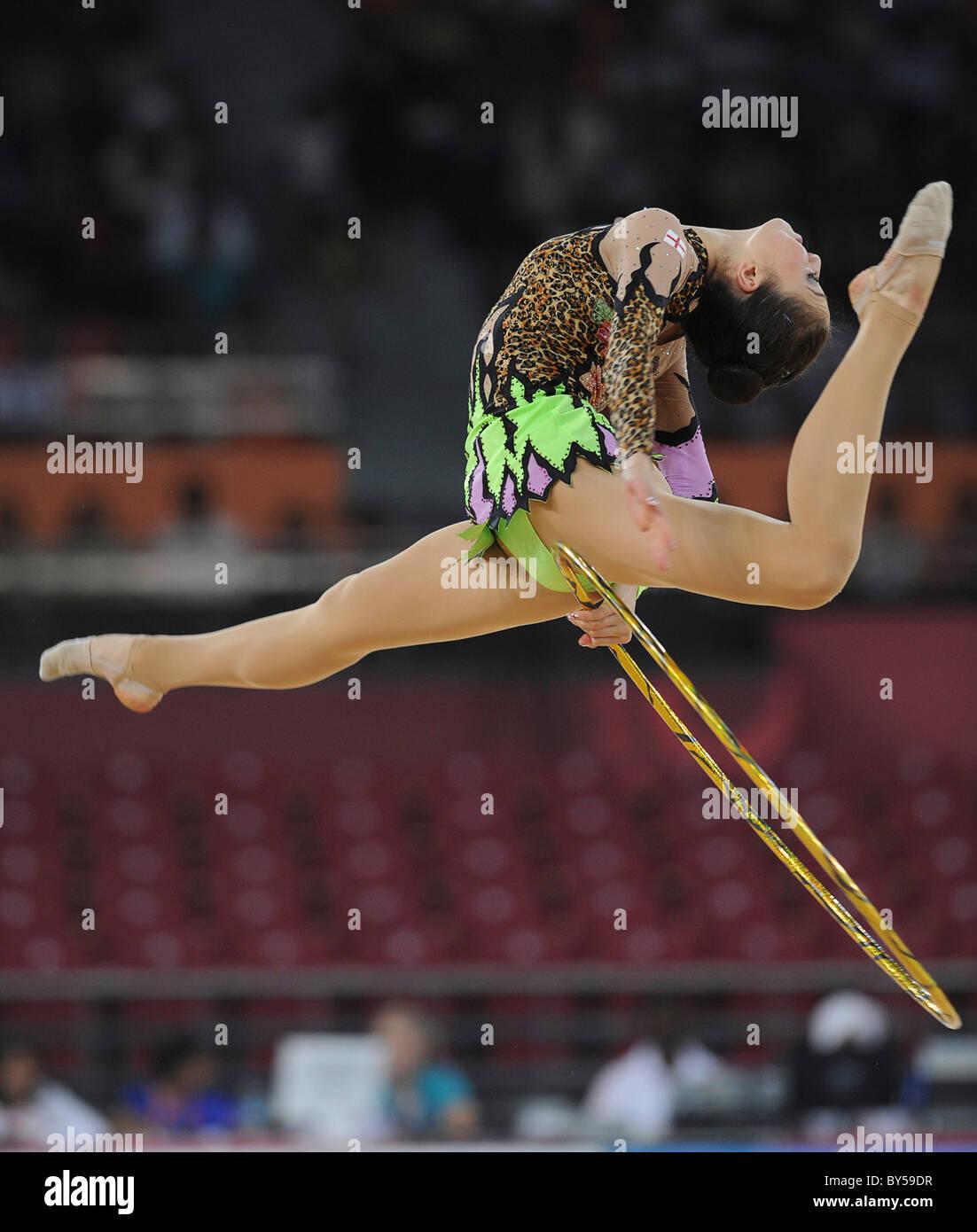 Inde Delhi 2010 XIXE Jeux du Commonwealth, la gymnastique rythmique. Gymnaste et hoop. Photo Stock
