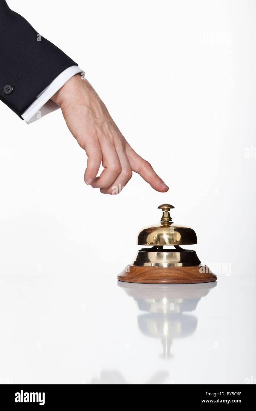 Un homme appuyé sur un service bell, focus on hand Photo Stock