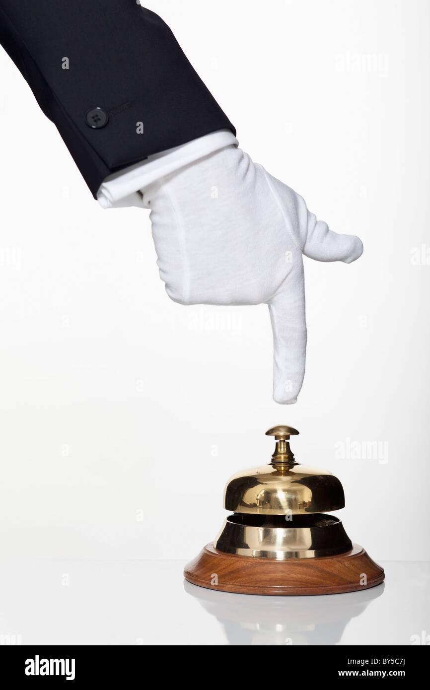 Un service de majordome en poussant un bell, focus on hand Photo Stock