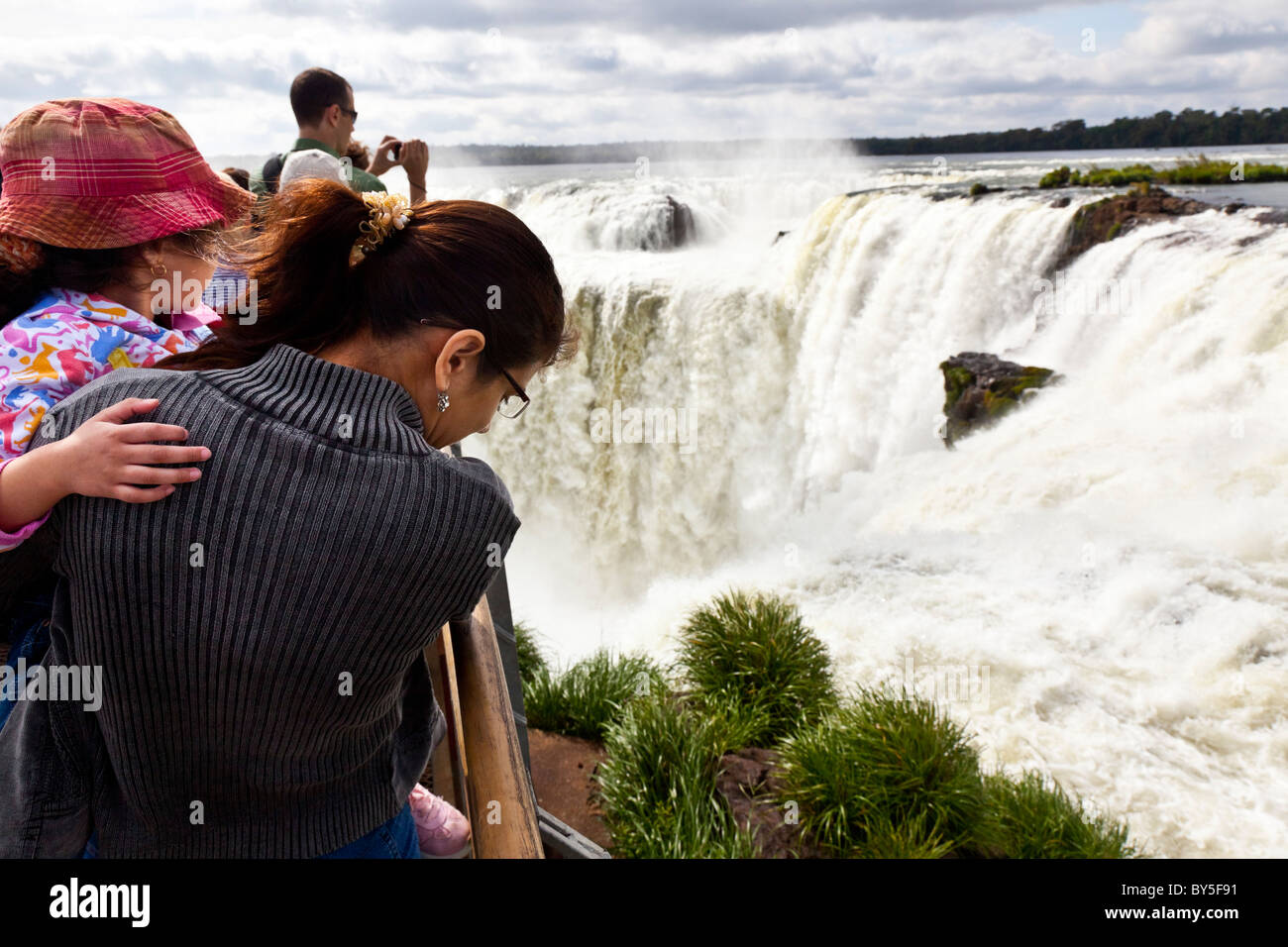 La Garganta del Diablo de Iguazu Falls vu de Misiones, Argentine. Banque D'Images