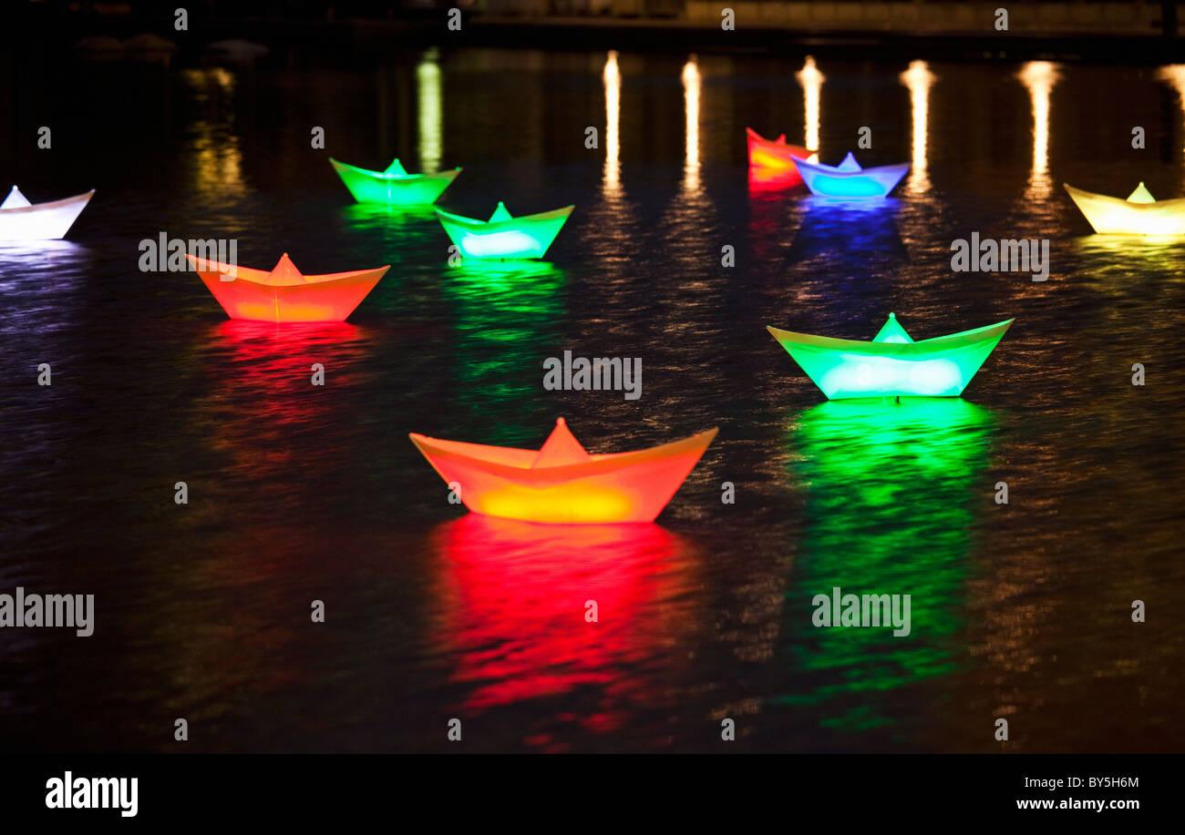 Lanternes illuminées voile sur un étang Photo Stock