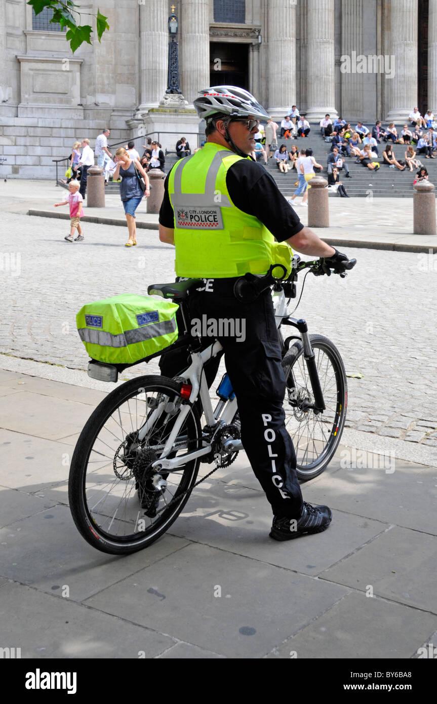 Ville de Londres sur l'agent de police de patrouille à vélo Photo Stock