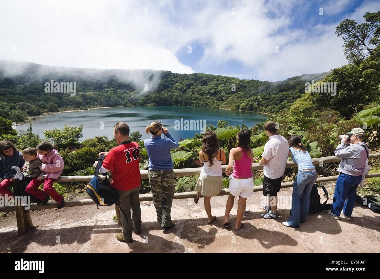 Les touristes au lac Crater, Laguna Botos, Parc National Poas, Costa Rica, Amérique Centrale Banque D'Images