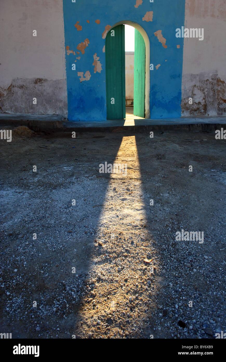 Le soleil qui rayonne à travers une porte ouverte, Tunisie Banque D'Images