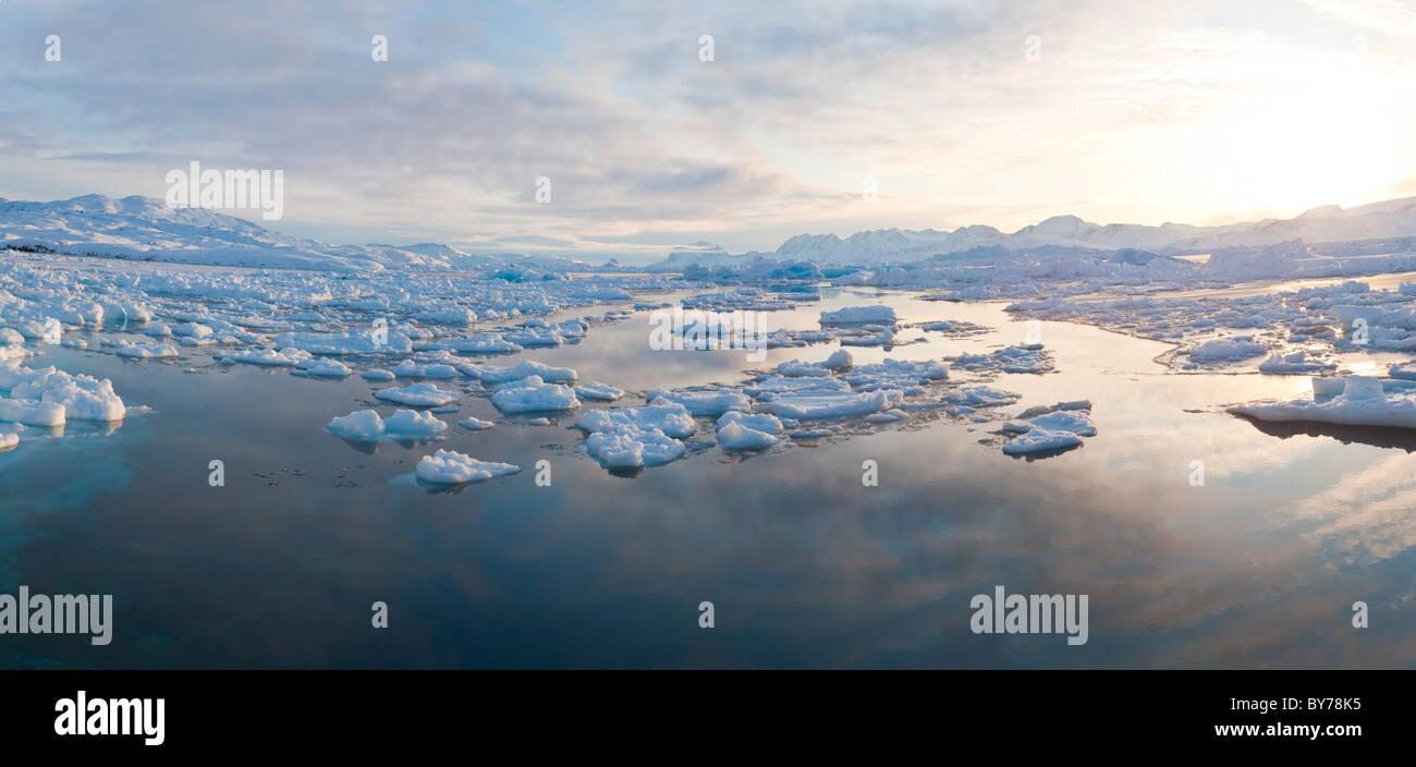 Tiniteqilaq et la glace de mer en hiver, E. Greenland Photo Stock