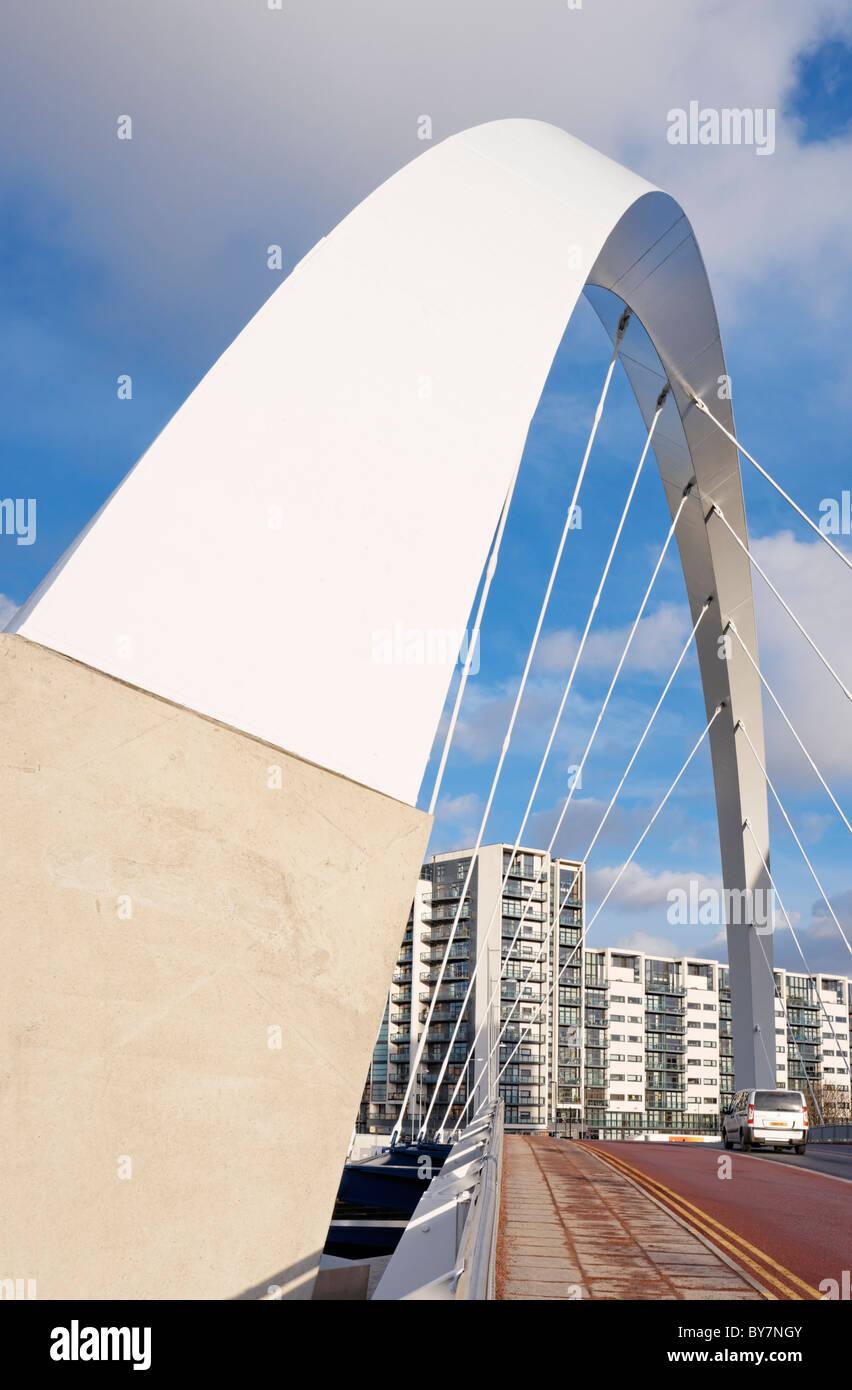 Le Clyde Arc pont qui traverse la rivière Clyde et l'India Quay Building, Glasgow, Ecosse, Royaume-Uni. Banque D'Images