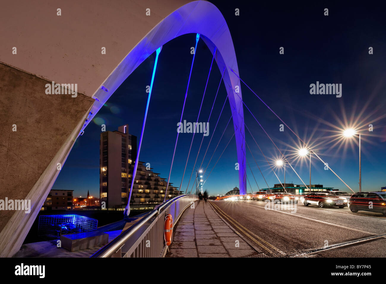 Le Clyde Arc pont qui traverse la rivière Clyde, Glasgow, Ecosse, Royaume-Uni. Le pont est surnommé 'Squinty' par les Glaswegians. Banque D'Images