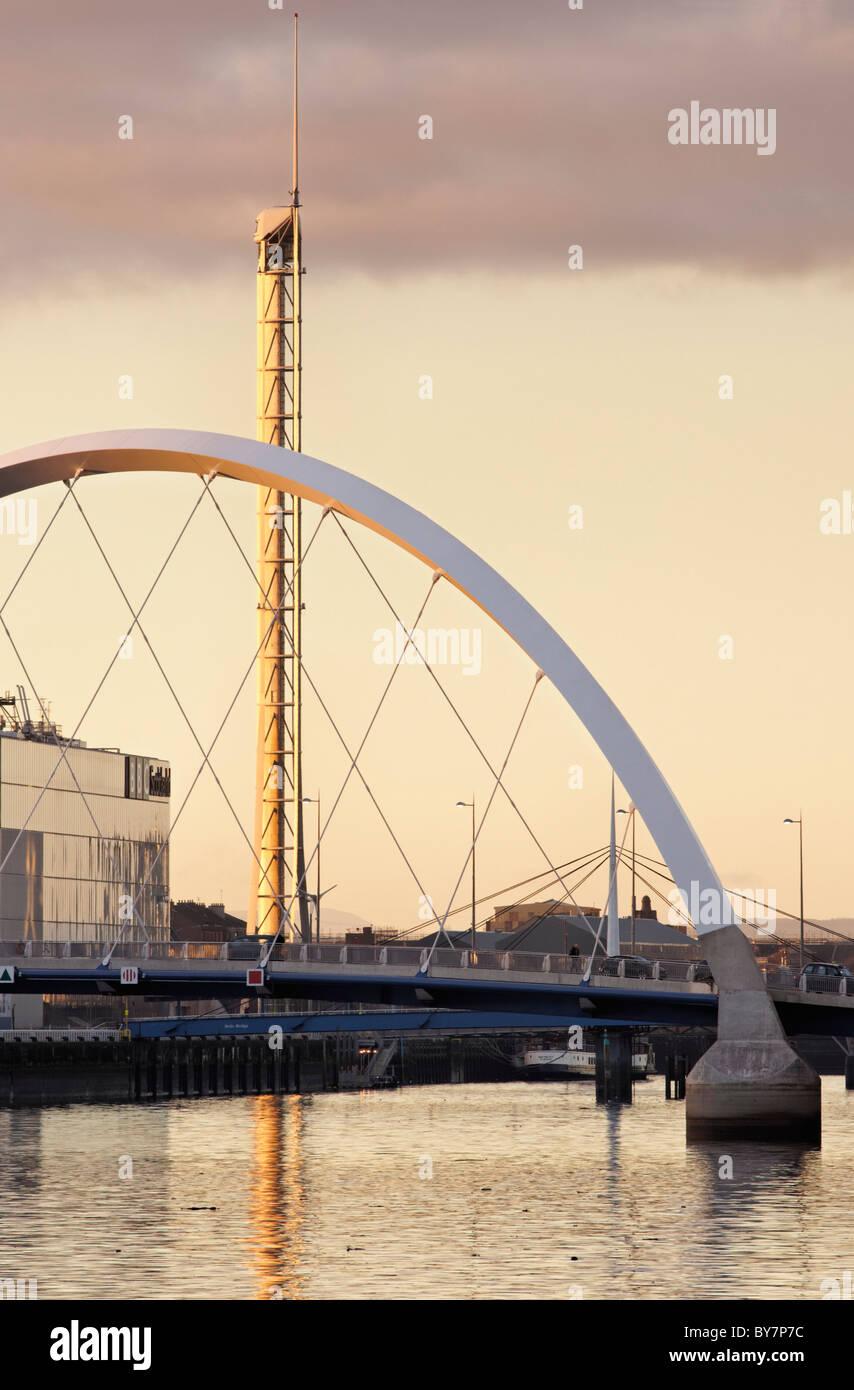 Le Clyde Arc Pont sur la rivière Clyde et la Tour de Glasgow, Glasgow, Ecosse, Royaume-Uni. Banque D'Images