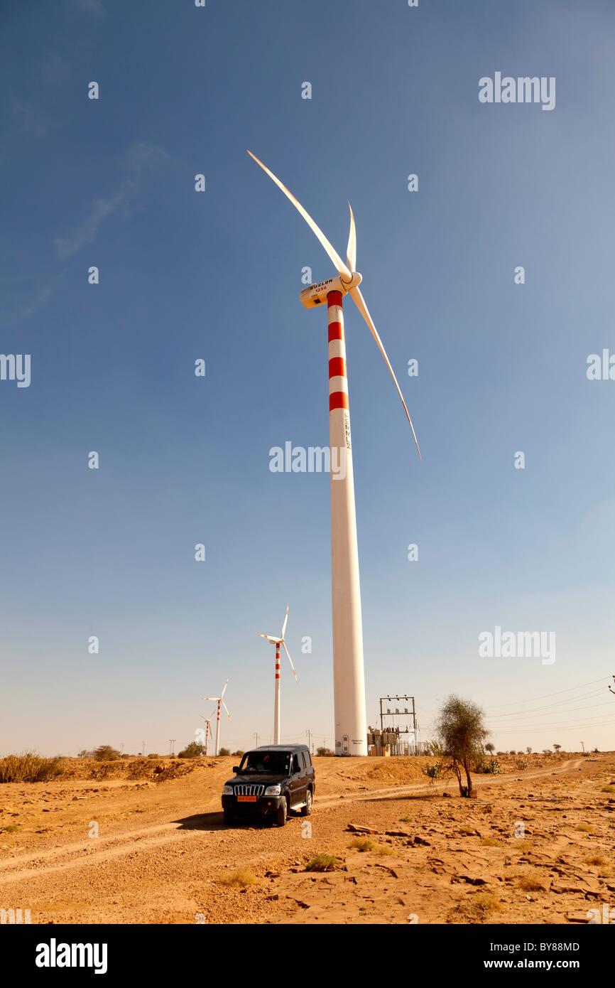 L'Inde, Rajasthan, désert du Thar, éolienne et ingénieur pour Jeep Photo Stock