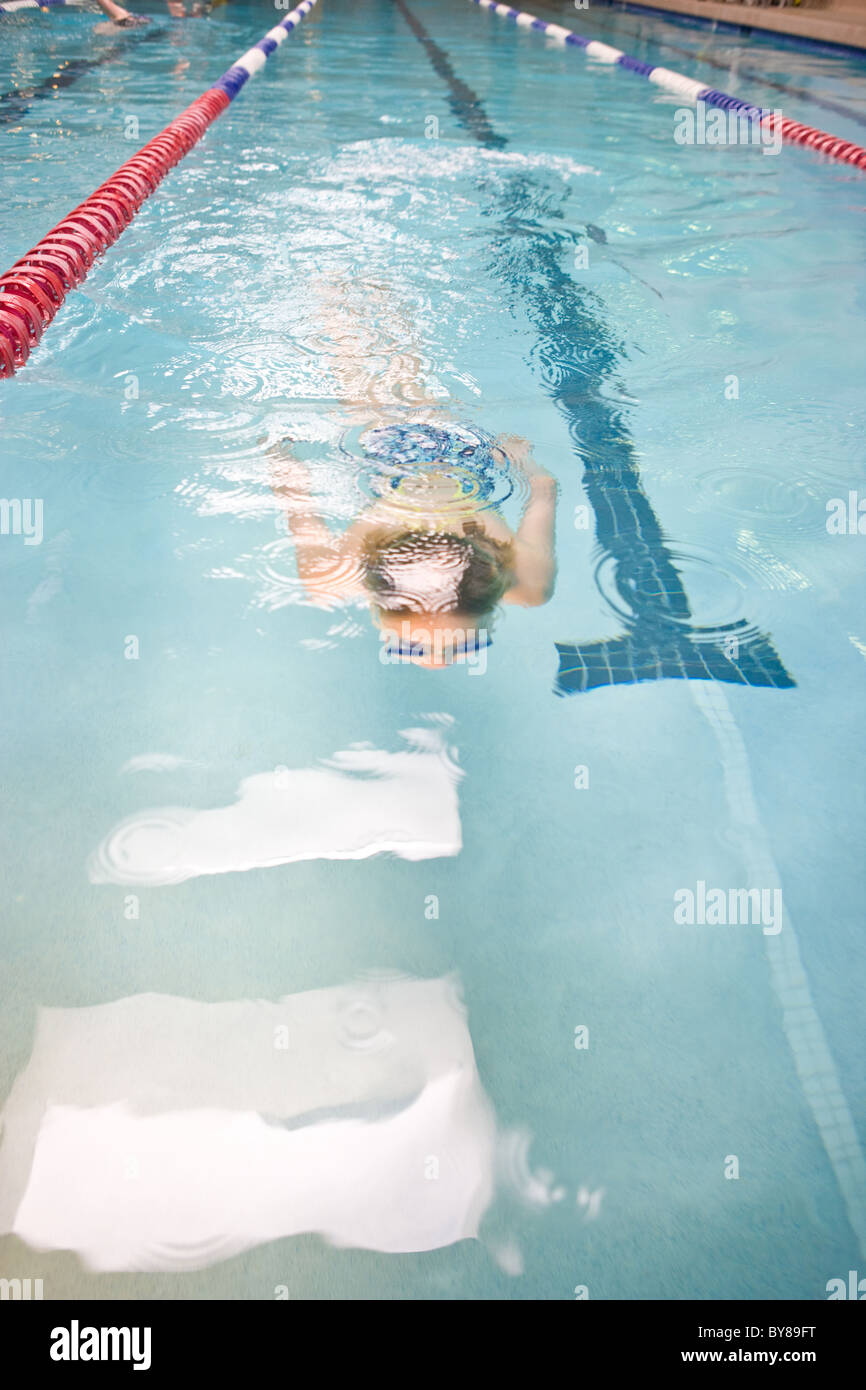 Natation nageur tours au gymnase piscine. Photo Stock