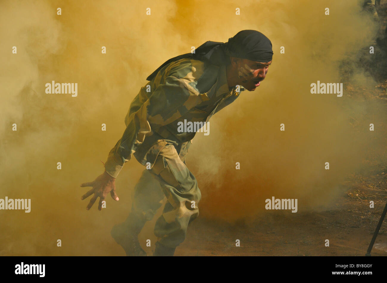 Un commando indien sortant d'un écran de fumée obstacle Photo Stock