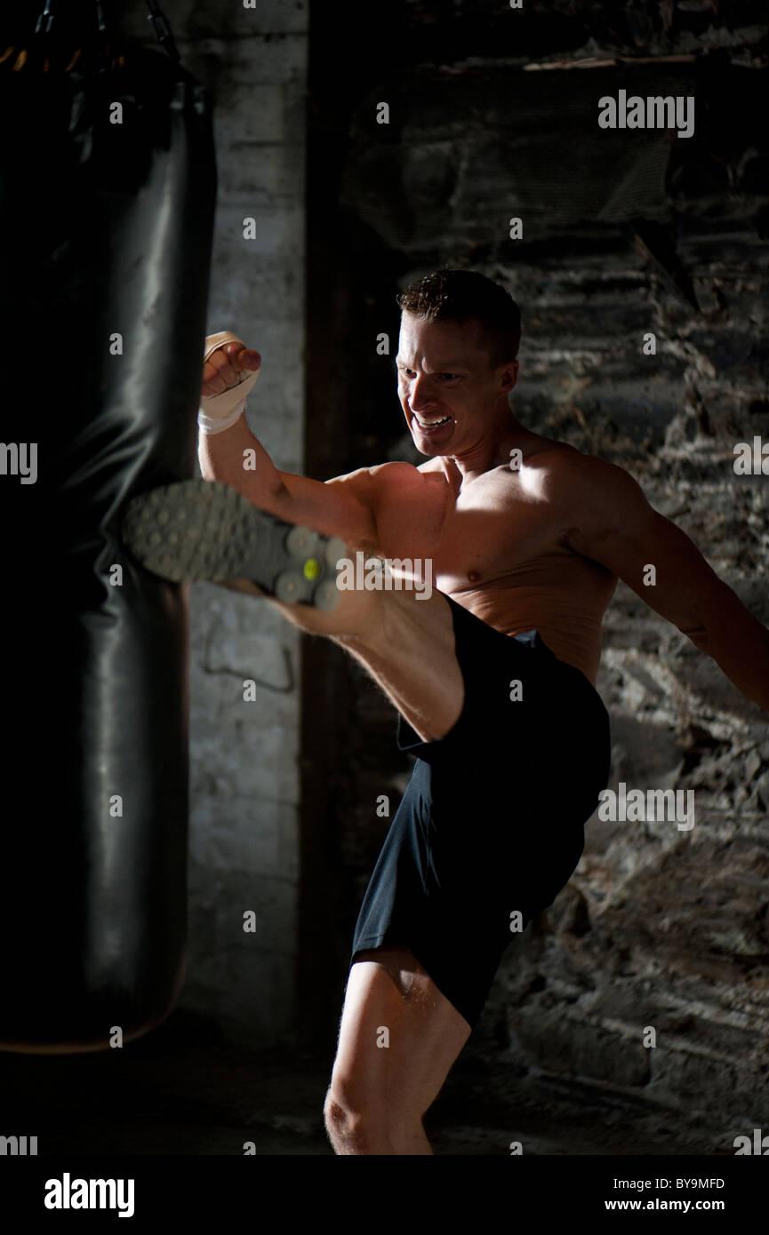 Un homme de coup dans une salle de sport. Photo Stock
