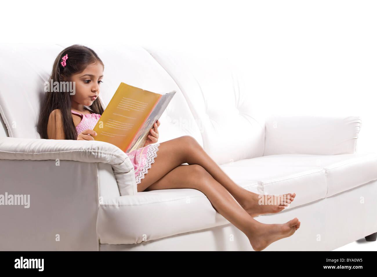Petite fille lisant un livre d'histoire Banque D'Images