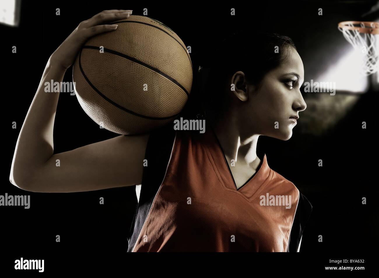 Jeune fille avec un terrain de basket-ball Photo Stock