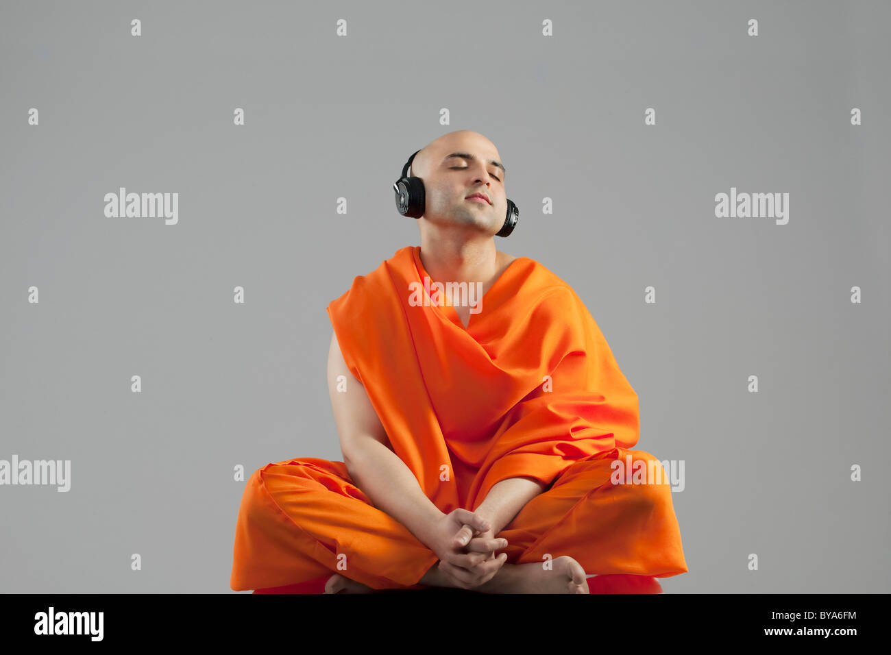 Monk à écouter de la musique Banque D'Images