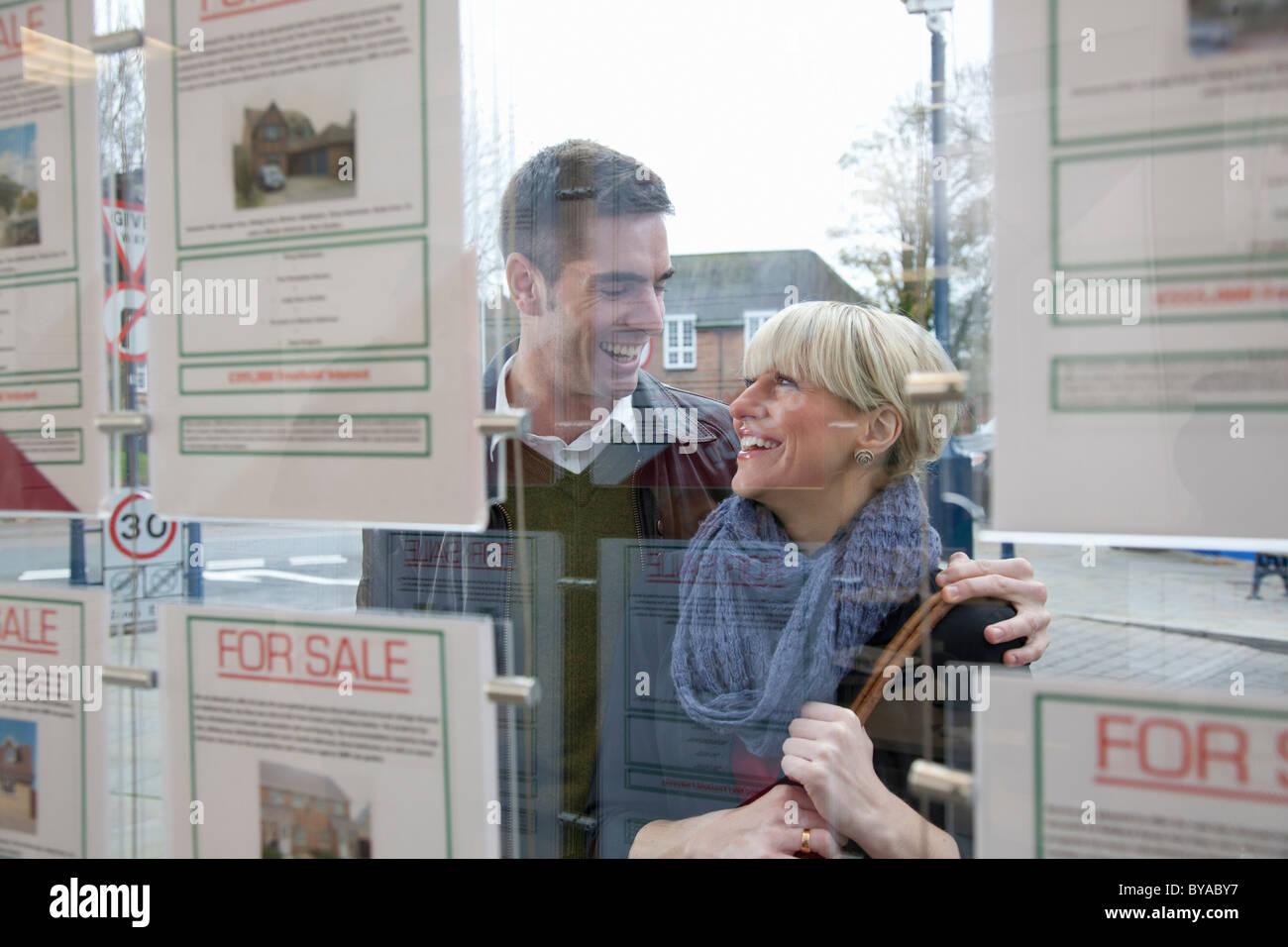 Couple à la fenêtre en agents immobiliers Photo Stock