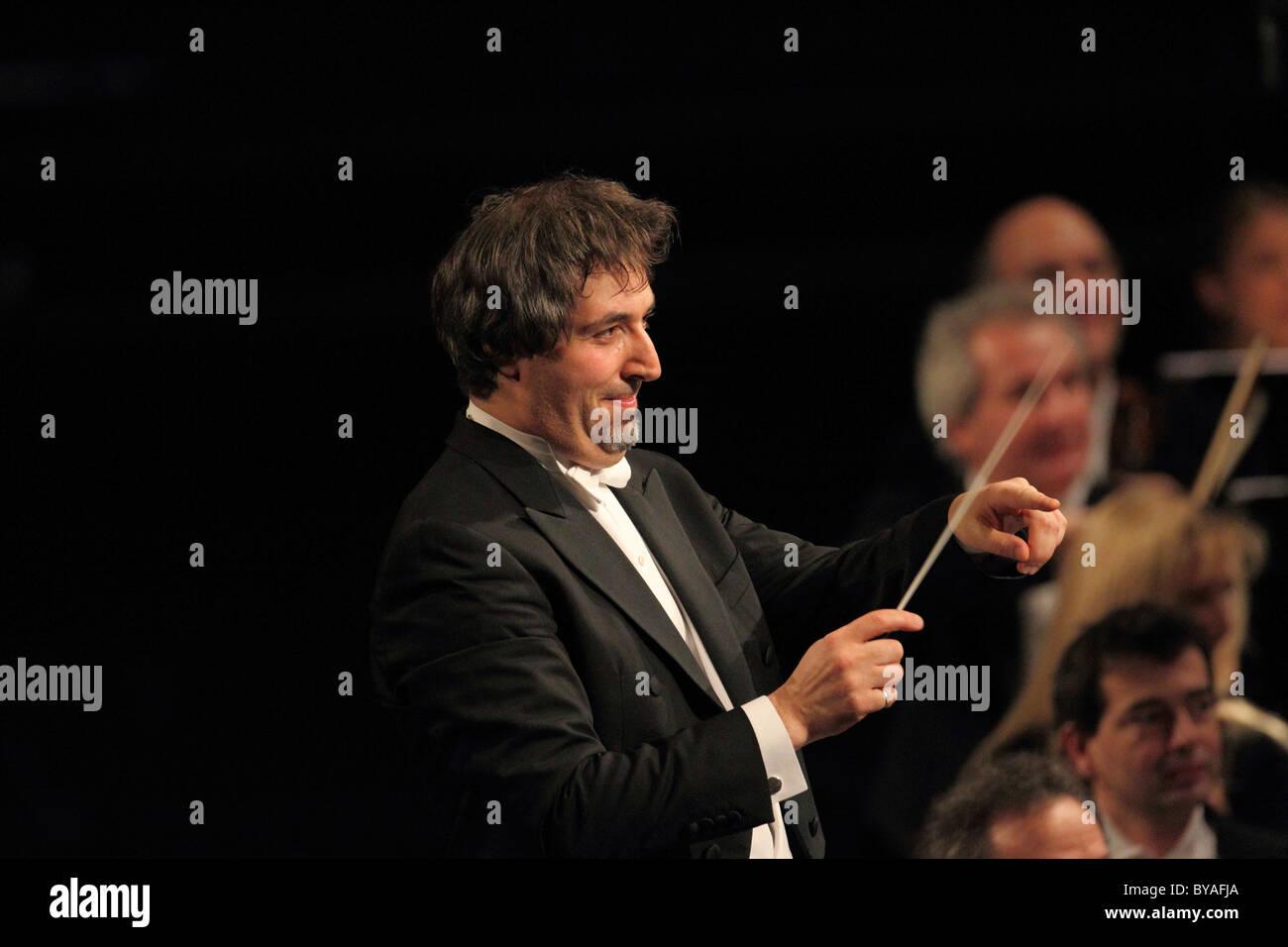 Daniel Raiskin, chef d'orchestre de Staatsorchester Rheinische Philharmonie, un orchestre philharmonique, Coblence Photo Stock