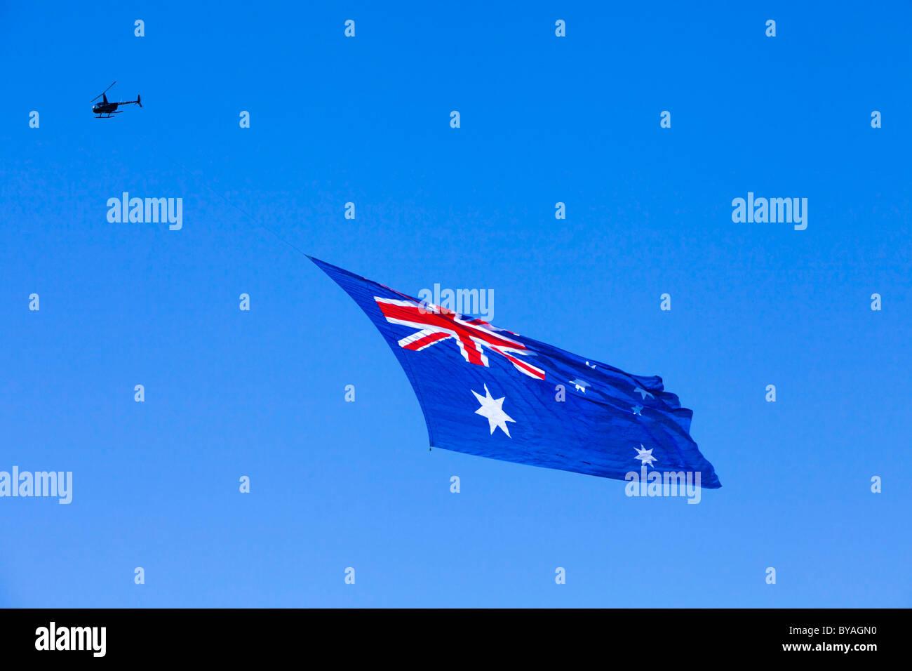 Drapeau australien géant tiré par un hélicoptère. Jour de l'Australie, Perth, 2011 Photo Stock