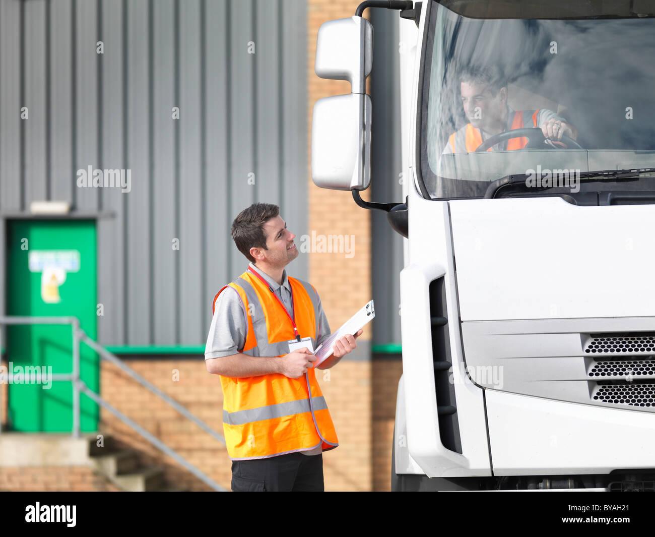 Inspecteur et camionneur parler Photo Stock