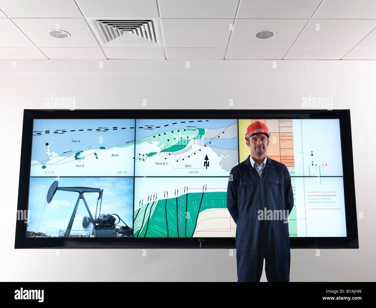 Travailleur de l'huile avec écran géologie Photo Stock