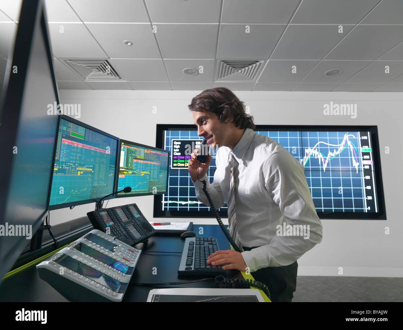 L'opérateur financier avec des écrans Banque D'Images