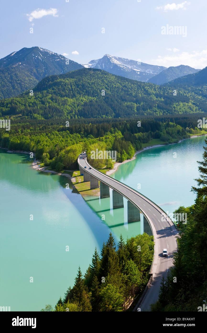 Lac de Sylvenstein et pont Alpes bavaroises Allemagne Bavière Photo Stock