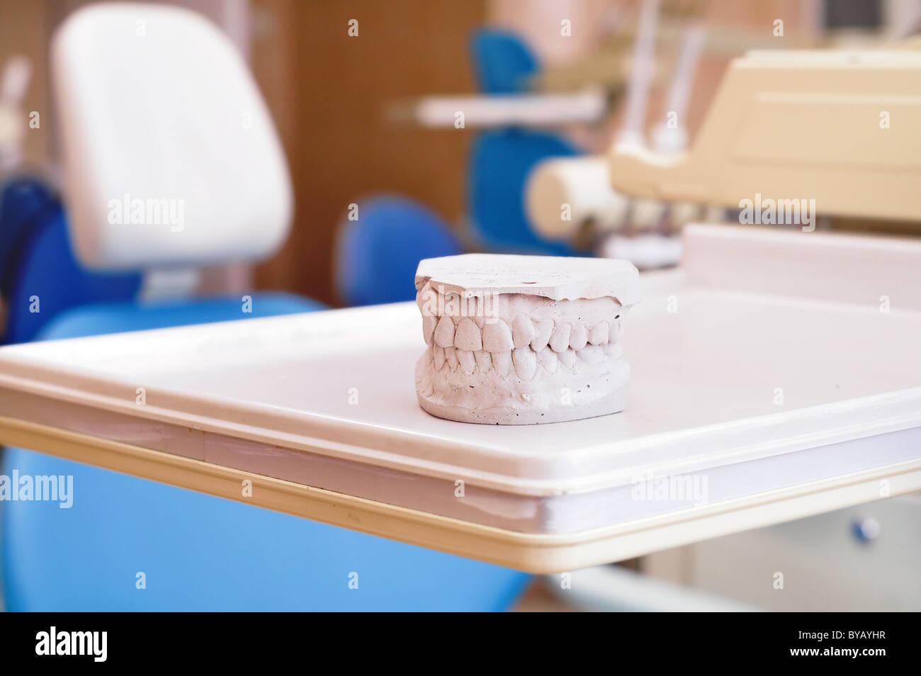 Le gypse dentiers et fauteuil dentaire clinique dentaire , équipement intérieur Photo Stock