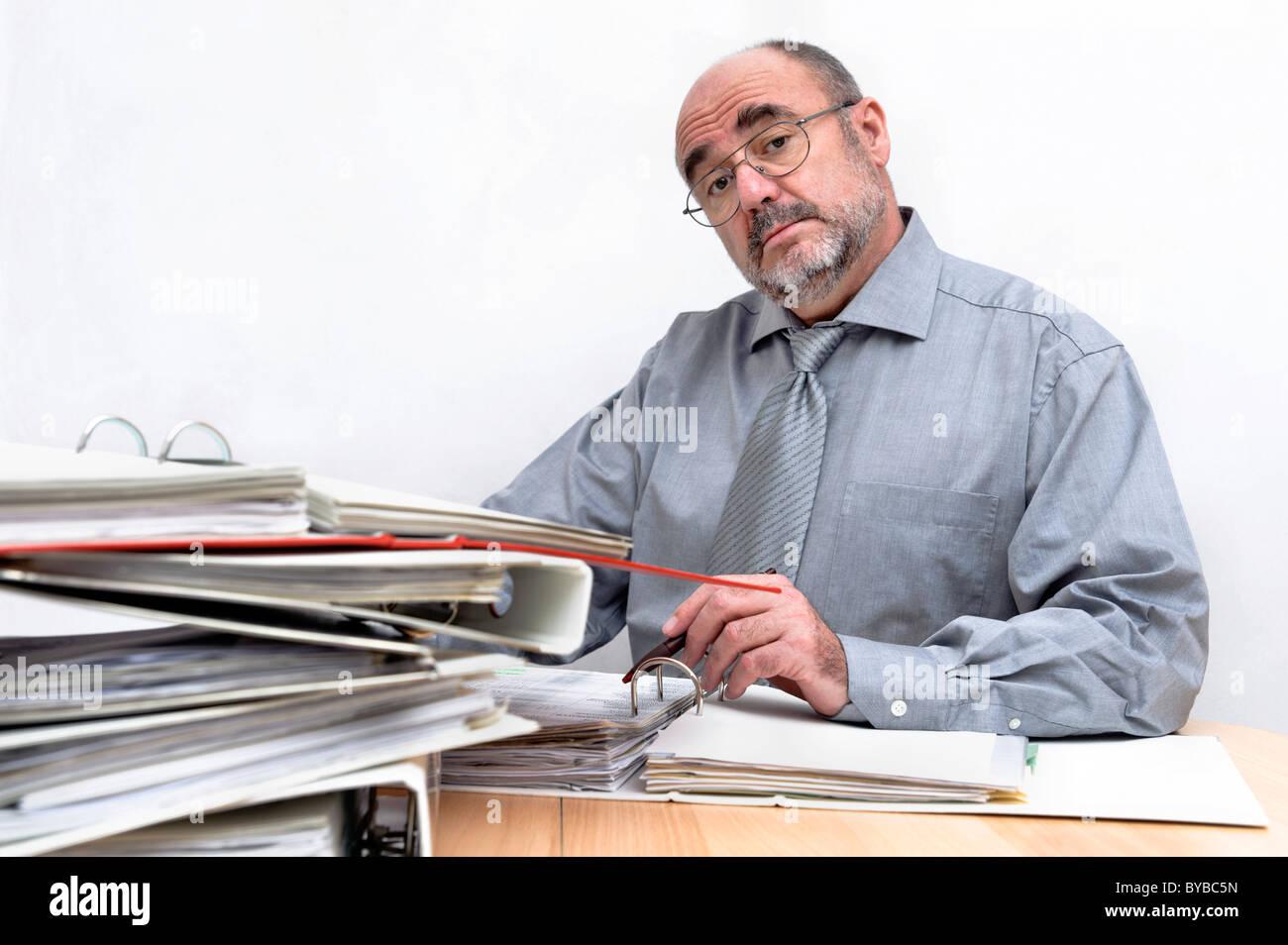 Un arrogant greffier assis derrière son bureau Photo Stock