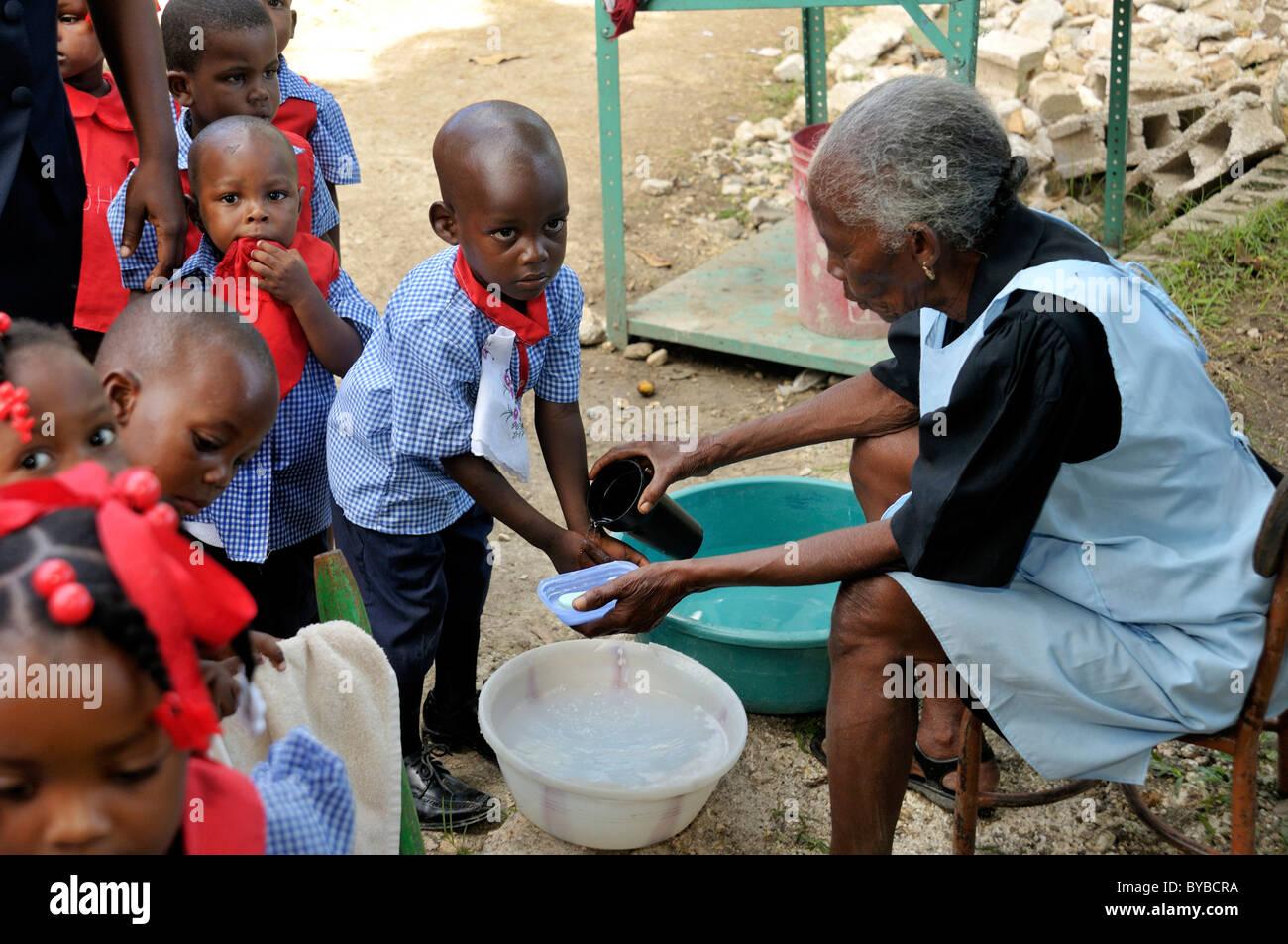 En tant qu'infections prévention contre le choléra, les enfants apprennent à se laver les mains Photo Stock