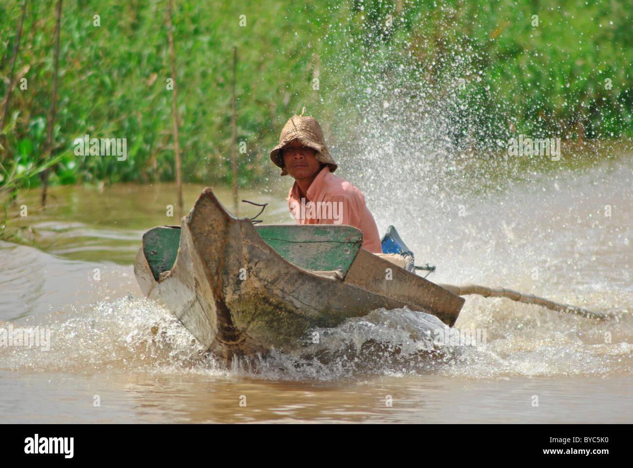 Bateau à moteur sur le lac Tonle Sap, Cambodge Photo Stock