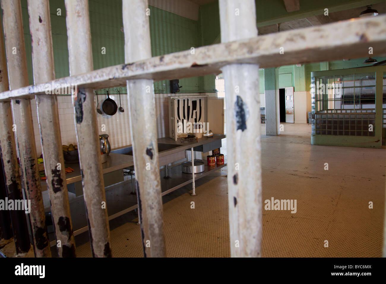 À l'intérieur Coin cuisine chambre cellule à Alcatraz, San Francisco, CA Photo Stock