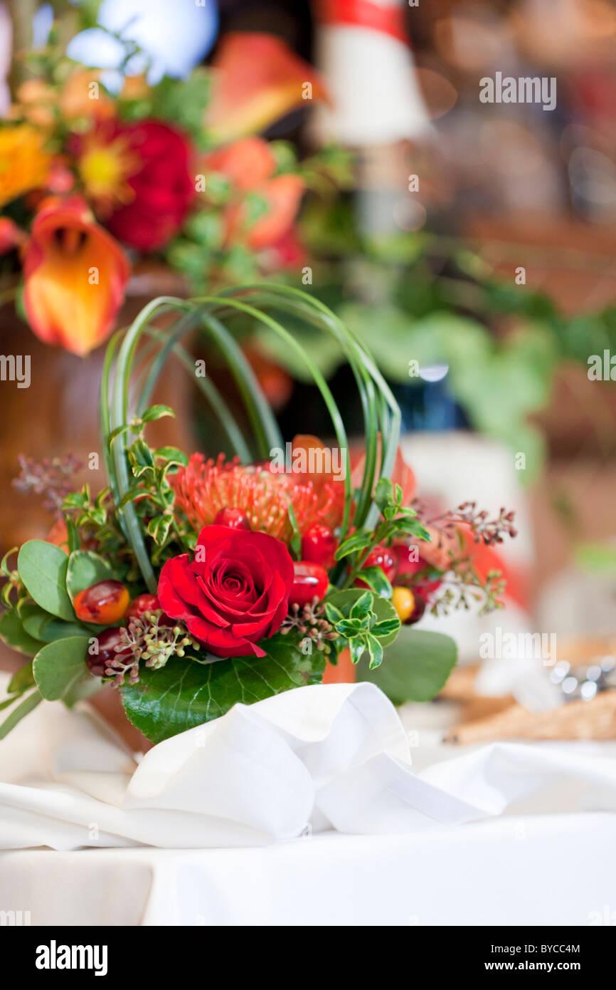 Etonnant Pièce Maîtresse De Fleurs Sur Une Table Photo Stock