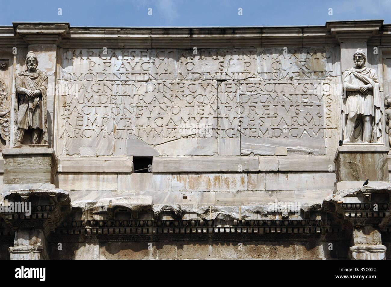 L'art romain Arc de Constantin. Inscription latine. Rome. L'Italie. Photo Stock