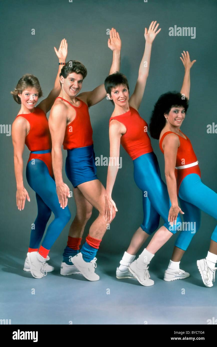 Les femmes et l'exercice de l'homme, de l'aérobic enseignants posing in studio Photo Stock