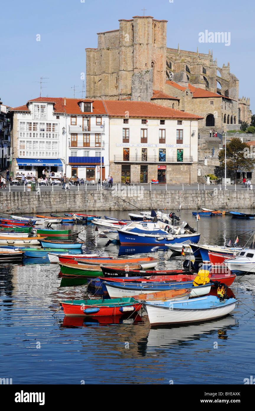 Les petits bateaux dans un port, l'église Santa Maria, Castro Urdiales, Golfe de Gascogne, Cantabria, Spain, Europe Banque D'Images