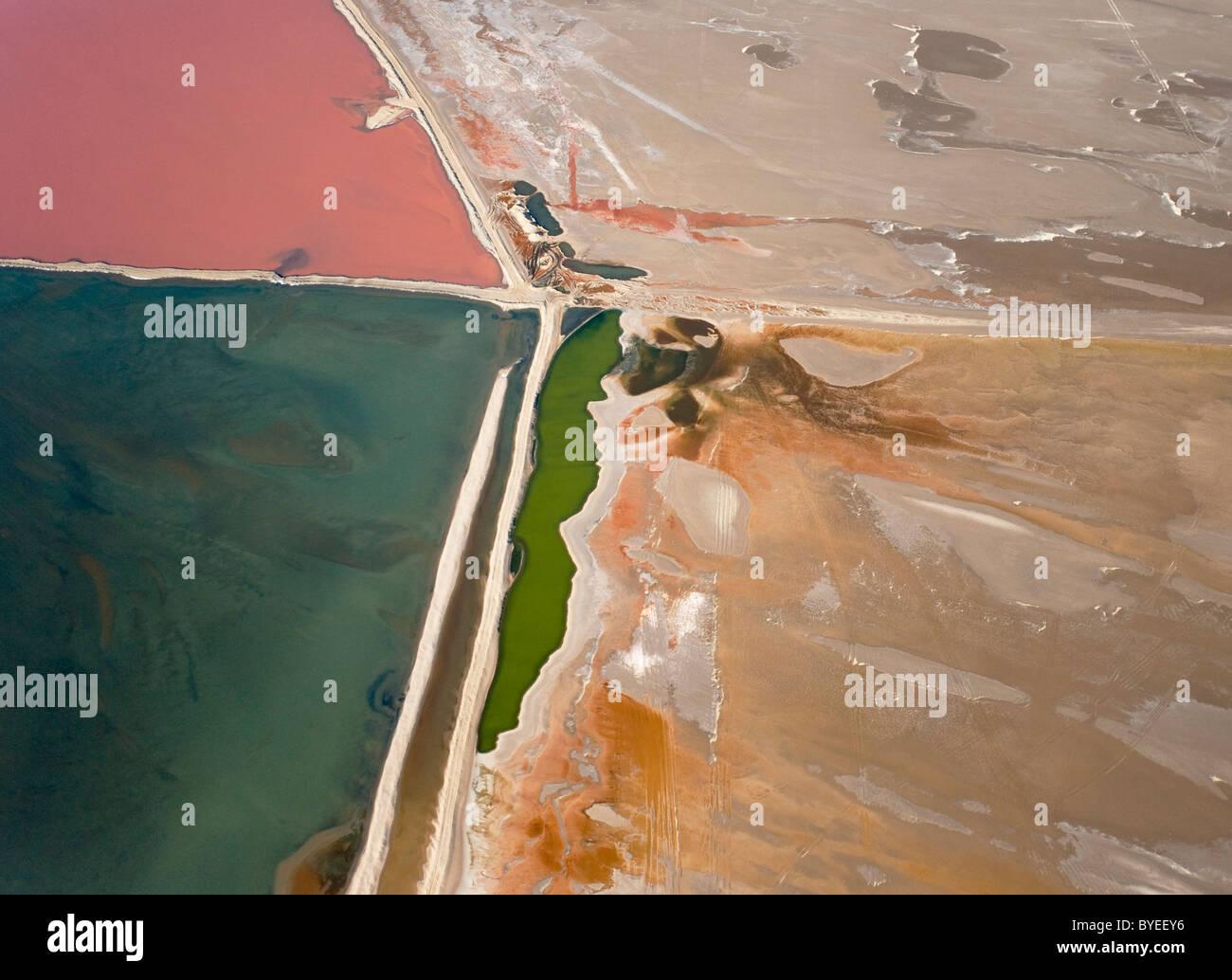 Vue aérienne de l'eau salée au sel fonctionne de Walvis Bay entre le désert du Namib et l'océan Atlantique. Banque D'Images