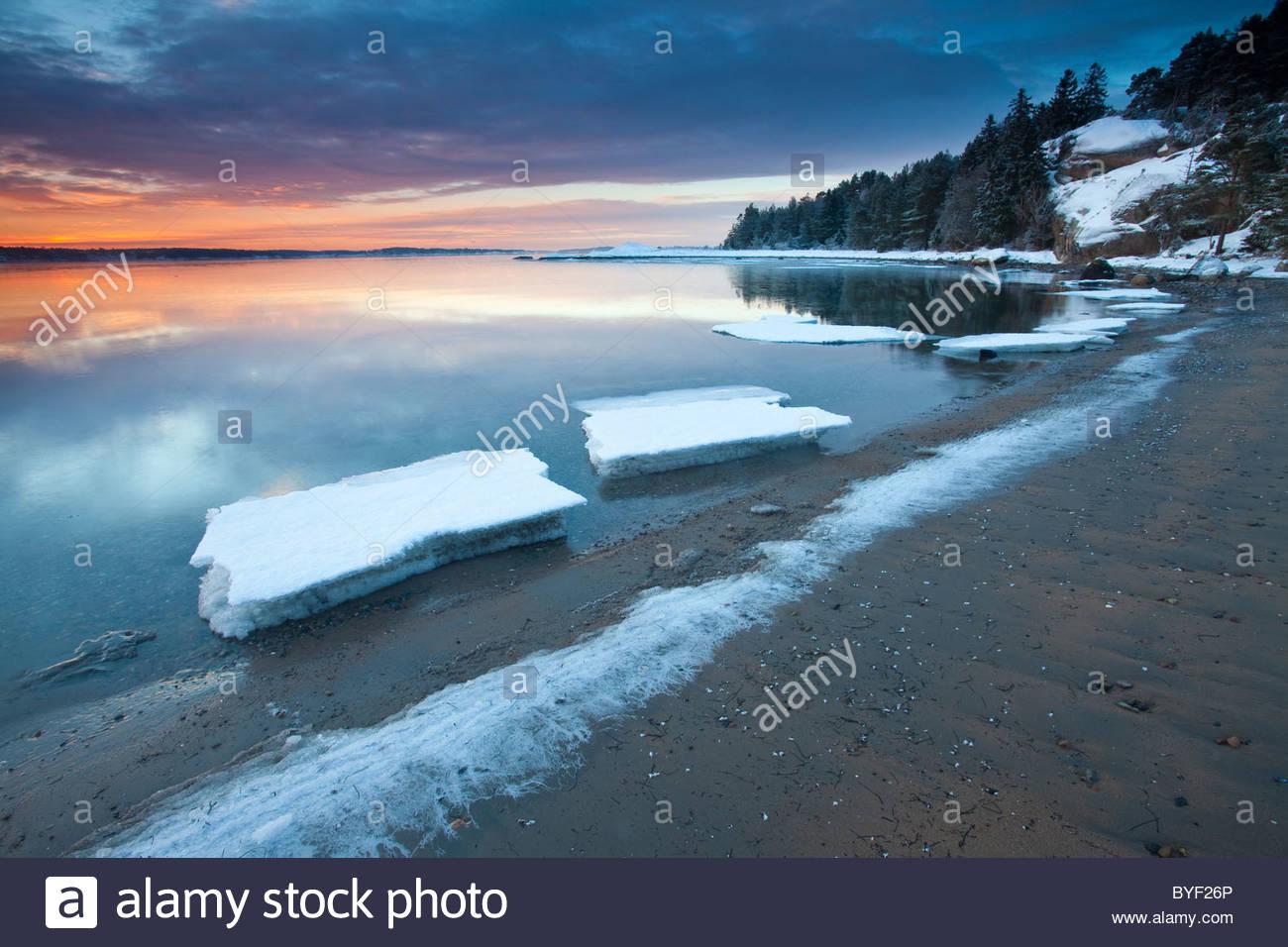Beau Soleil d'hiver par l'Oslofjord, au four à Råde, Østfold fylke, la Norvège. Photo Stock
