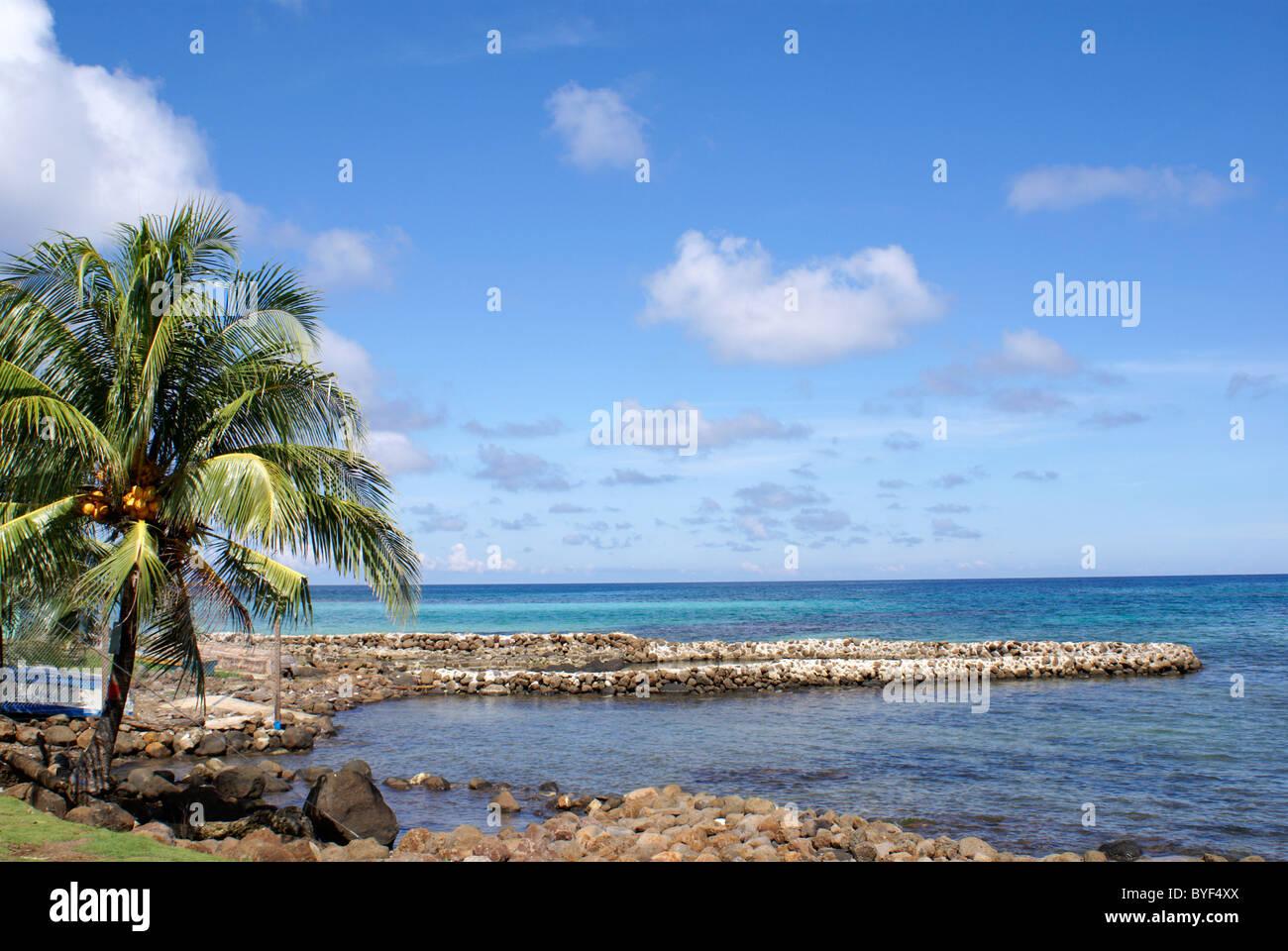 Vue sur la mer des Caraïbes et le brise-lames en pierre sur Big Corn Island, au Nicaragua, en Amérique centrale Banque D'Images