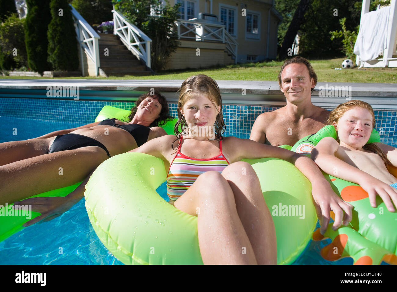 En famille piscine Photo Stock