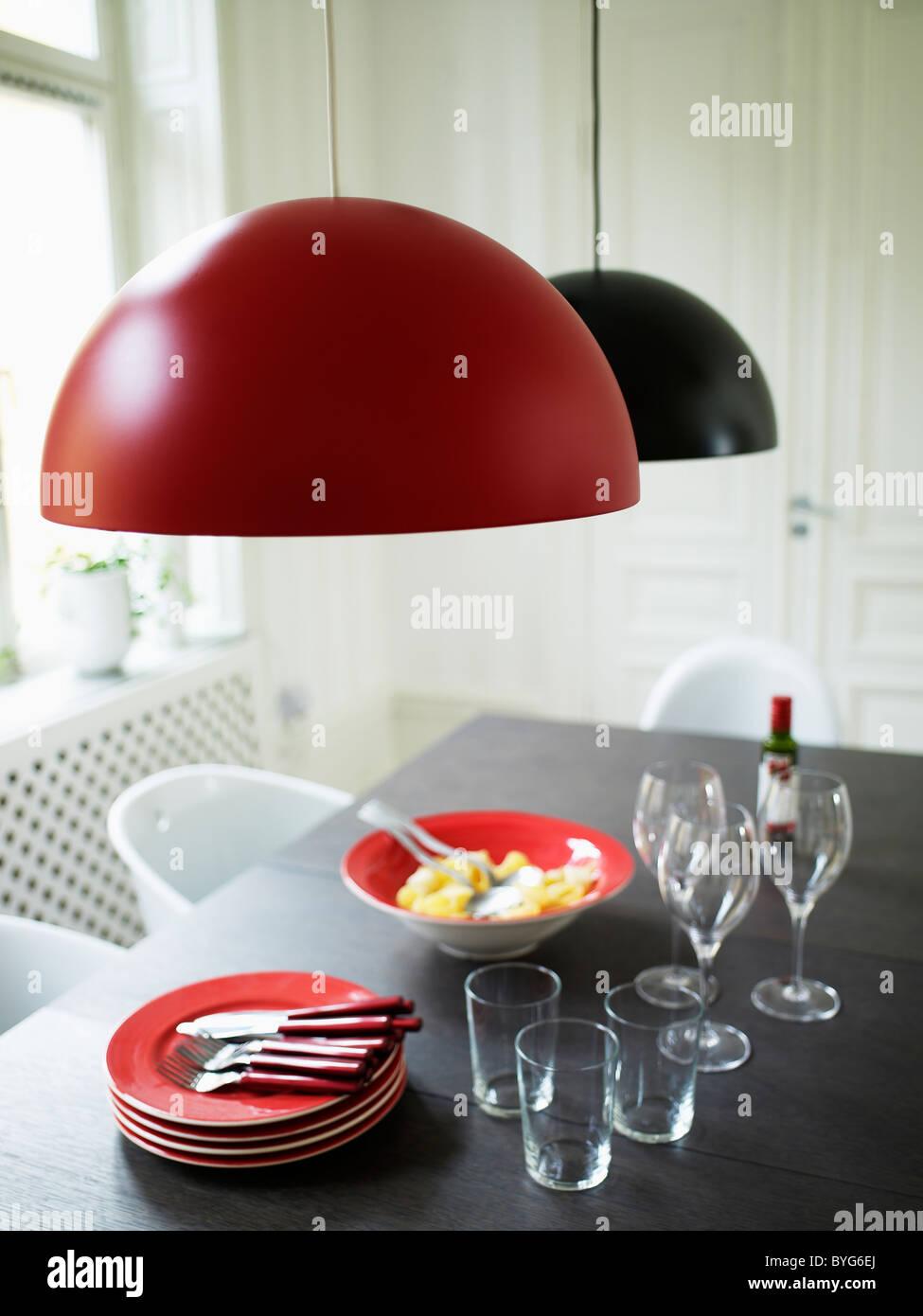 Design moderne avec table repas pour trois prêt à manger Photo Stock