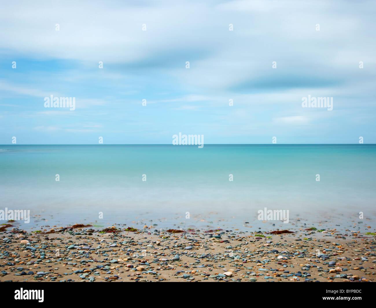 Photographie de paysage marin de la baie d'Anglesey au Pays de Galles, une longue exposition à la lumière du jour Banque D'Images