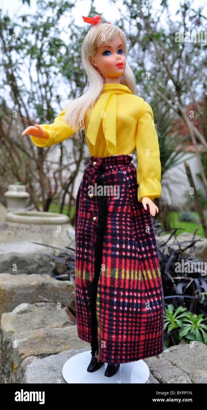Blond platine vintage mod era twist n Tour poupée Barbie de 1966 portant costume mod 'N Long Fringy de Photo Stock